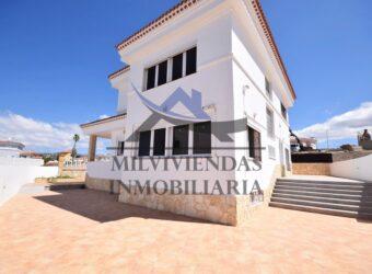 Venta de preciosa villa independiente con vista mar en la zona de elite de El Hornillo (let2403)